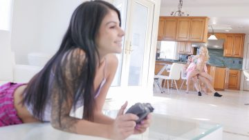 Family Strokes Fucking Stepmom Like Its a Game Laura Bently